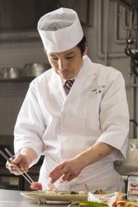 料理長は、料亭やホテルなどいろいろな現場で経験を積んだベテラン。