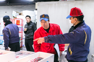 鮮魚・青果部門では、市場担当として交渉仕入れを任されることも。