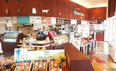 常時50種類の焼き菓子や生菓子が並ぶ店内。お子さまから年配の方まで3世代に渡ってたのしめるカフェ◎