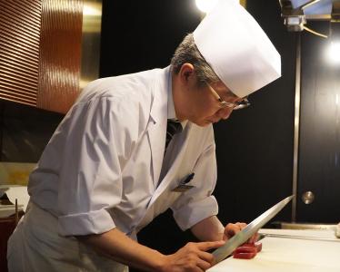 「日本料理 花遊膳」料理長金谷氏。熟練の技で和食のフルコースを提供しております。