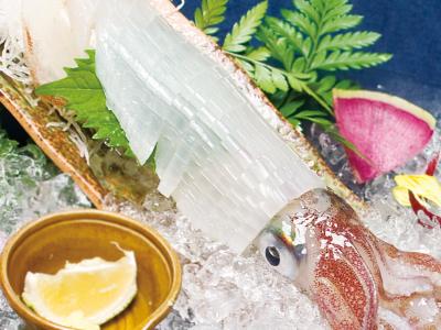 店内のいけすには、季節問わずさまざまな玄界灘の地魚が。