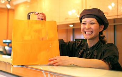 ロールケーキが大人気のブランド!大阪市内の百貨店内にある2店舗で、販売スタッフを募集します!