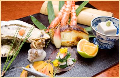 日本酒に合う本格和食は夜の愉しみ。日本中から旬の素材を仕入れてつくります。