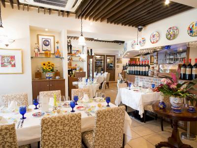 明るく温かみのある店内は、本場シチリア島のレストランそのままの雰囲気。