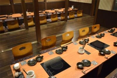 カジュアルな持つ鍋を和モダンでおしゃれな空間でお楽しみいただけます。カップル~大小宴会まで対応可能