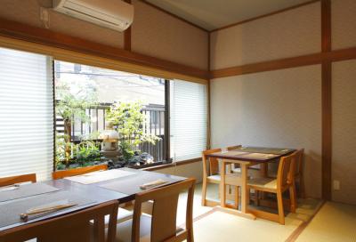 石川町駅より徒歩2分の当店。坪庭が見えるお席も人気です。