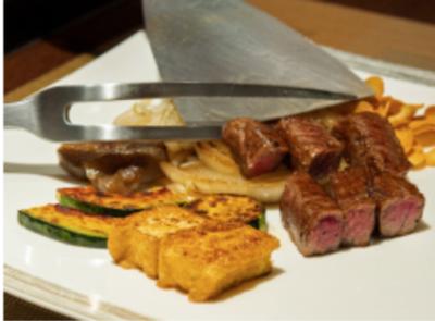 黒毛和牛をはじめ、神戸牛やアワビなど、高級食材に触れる機会もたくさんあります