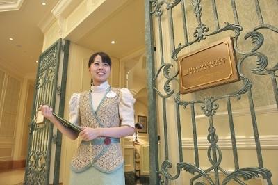 魅力的なコンセプトで展開するディズニーホテル内レストランで、サービススタッフとしてご活躍を!