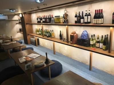 店内はまるでカフェのような造りに。世界各地のワインも豊富に並んでいます。