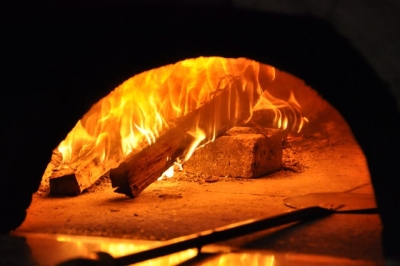 薪釜で焼きあげるナポリピッツァ。熟練した職人のもと、ピッツア作りも学べます