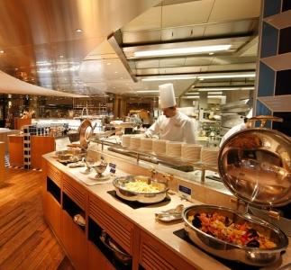 広々と開放的なカジュアルレストランキッチンであなたの腕を振るってください!