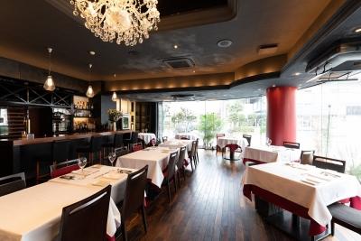 大阪市北区に展開する創作イタリアンと創作串揚げのレストランで、ホールマネージャー候補を募集します。