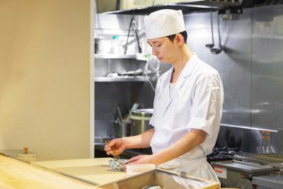 入社後すぐにカウンターでの調理や握りをお任せします
