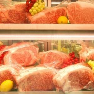 ショーケースにずらりとならぶお肉をお客様の目の前でさばく『板前スタイル』の新しい焼肉店!