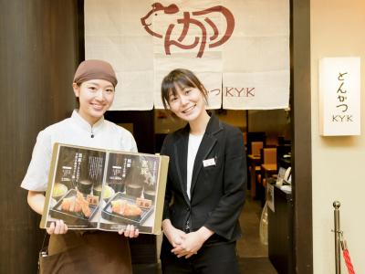 山下千尋さん(左)と松井さおり店長。「私と働けば、楽しいと思うよ!」と、山下さんから力強いメッセージ