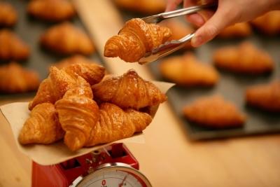 フランスパンなど定番の人気商品だけでなく、店舗で商品開発された多彩なパンがお店に並びます