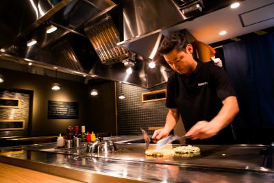 融通の利くシフトで働きやすさ◎めちゃくちゃおもしろい鉄板焼きの調理★正社員登用あり!