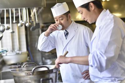 若手もベテランも活躍しています。経験を活かしてより多くのお客様に喜んでいただけるお料理を!