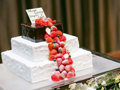 新郎新婦さまの希望を伺い、当ゲストハウスならではのオリジナルウェディングケーキを作成します。