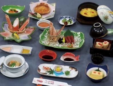 カニを中心に、新鮮な魚介を使った鍋料理やお造りをご提供。接待やお祝い、法事などで重宝されています。