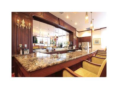 日替わり定食から定番の品々、和・洋のフルコース料理まで手がける本格レストランが活躍の舞台です。