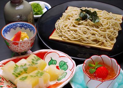 麺料理や鱧料理、しゃぶしゃぶなど、旬の食材を美味しく仕上げて提供しています。