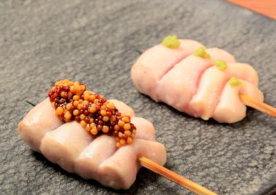 名古屋コーチン等有名地鶏を使用し、紀州備長炭で焼き上げます。