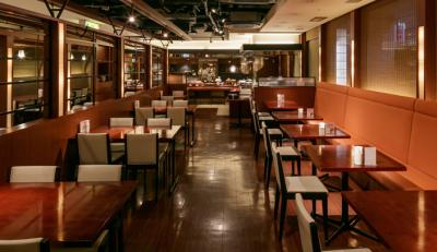 朝食会場となる1階レストランは、シックで落ち着いた雰囲気。