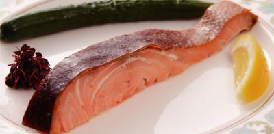 前菜のサーモンは、1週間1尾限定で燻製調理しています。