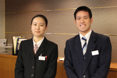外国人スタッフも多数在籍!毎年20~30代の若手スタッフが多数活躍中!英語を使っての接客場面も!