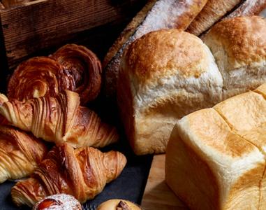 1日に2,000個を売り上げる「クロワッサン」をはじめ、本場フランスのパン作りが学べるブーランジェ。