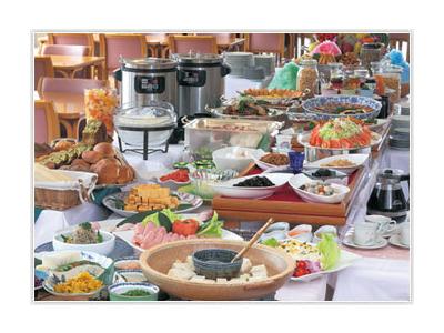 朝食はバイキング、昼はランチ、夜は会席料理などを提供。幅広い調理を経験できます。