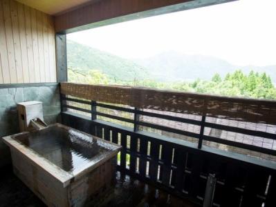 自然に囲まれ、源泉かけ流しの温泉を堪能できる、観光地でのお仕事です。