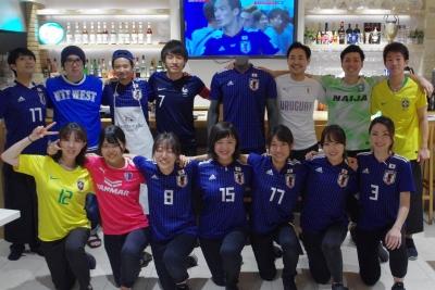 店内の大型スクリーンでサッカー観戦もできる、人気のカフェダイニングでアルバイト♪