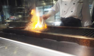 ステーキビュッフェでは、お客様目の前で焼き上げてライブ感もお楽しみいただいています。