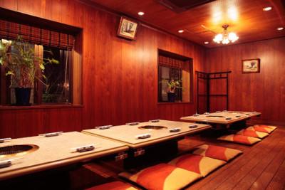赤いレンガ造りの外観が目印。高品質なお肉をリーズナブルな価格で提供する、地域密着型の人気店です