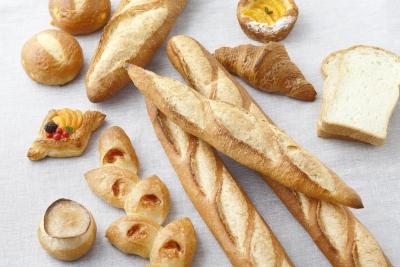 クロワッサン、バゲット、パン・ド・ミなど定番の人気商品だけでなく、多彩なパンがお店に並びます。