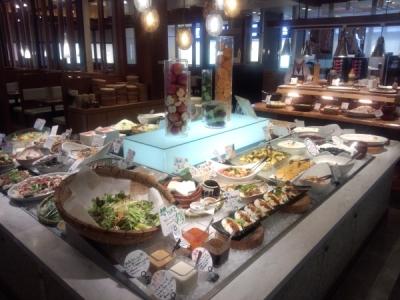 自社農場でつくったこだわりの野菜を使ったメニューを提供する、112席の大型バイキングレストランです。