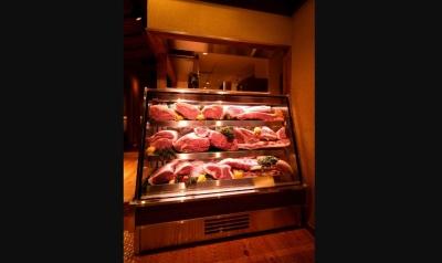 ショーケースに陳列しているのは実際にお店で使っている肉。食べる前にお客様自身の目で見て頂けます。
