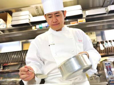 まかないで実践力を鍛える。マネジメントも学べる。料理人として一生もののスキルを。