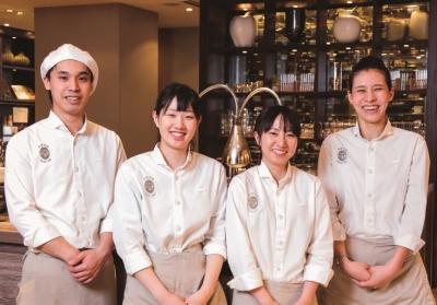 サービスでは、若手スタッフからベテランの役職者まで、幅広い世代が活躍しています!