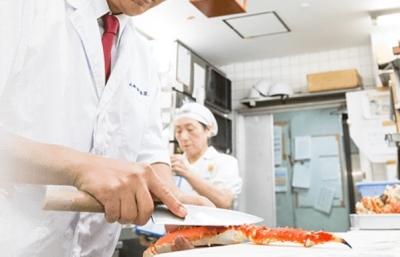 厳選されたカニを使った会席料理が自慢!日本全国で展開中の日本料理店で、料理長候補としてご活躍を。