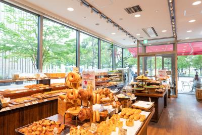 パン工房の近くが売り場となっているので、自分が作ったパンを手に取るお客様の様子を見ることもできます◎