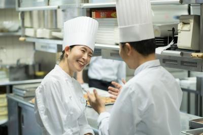 若手時代にしっかりとした技術を身につけて欲しいと考える総料理長が熱心に若手育成を行っています。