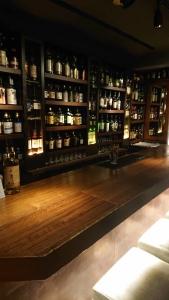 ジャパニーズウイスキーを中心に、約200種類のお酒を取り揃えています。