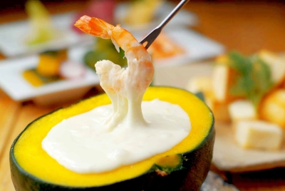 かぼちゃを豪快に使用した「かぼちゃの馬車のチーズフォンデュ」は、当店の看板メニューです。