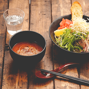 海老を殻ごと使った濃厚な味わいのスープが人気のお店!