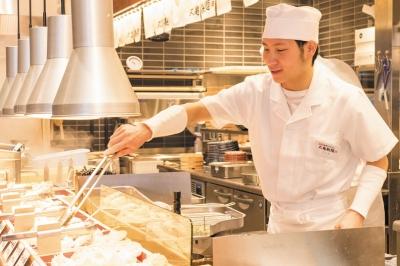 おかげさまで10年間で売上は10倍!丸亀製麺は全世界で1,000店舗達成!店舗運営ノウハウを学ぼう。