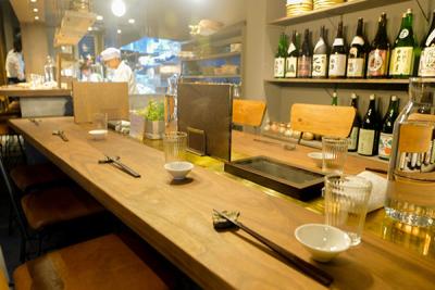 業態のことなる8店舗で日本酒と料理のマリアージュを提案しています
