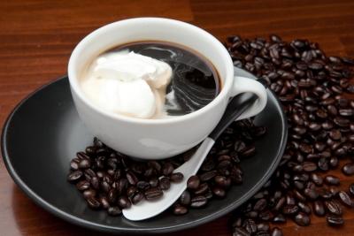 こだわりの空間で、炭焼コーヒーを味わえるカフェを展開しています。